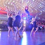 show taneczne z tancerkami i akrobatą w stroju spidermana